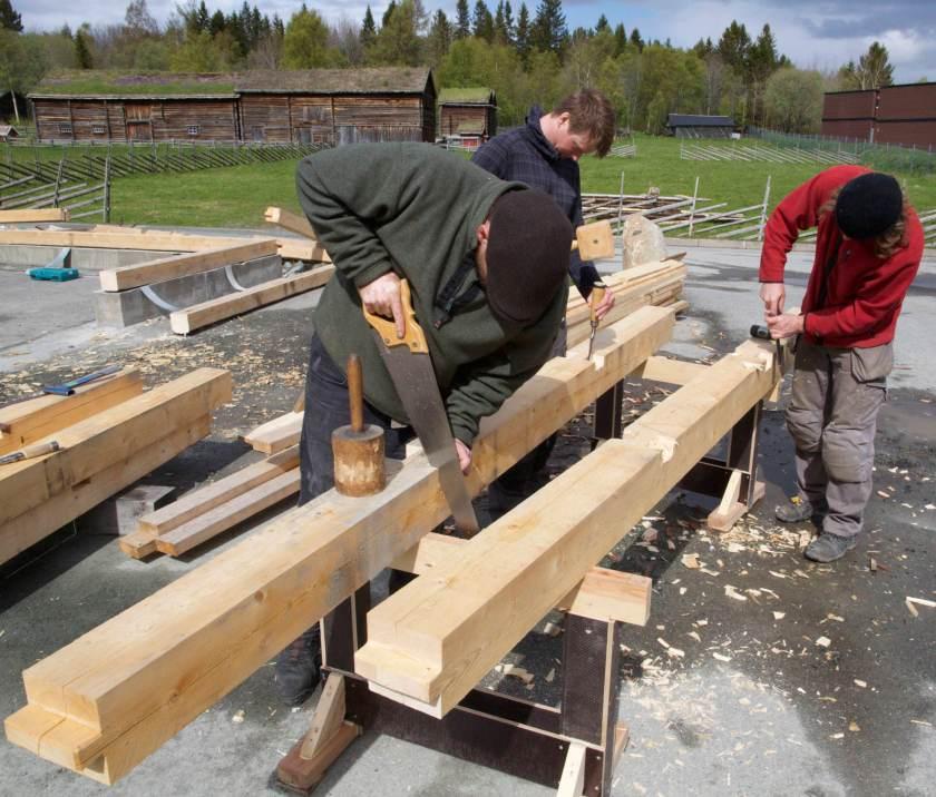 Dei fleste kursa i utdanninga har vekt på praktisk arbeid og øving i handverket. Foto: Roald Renmælmo