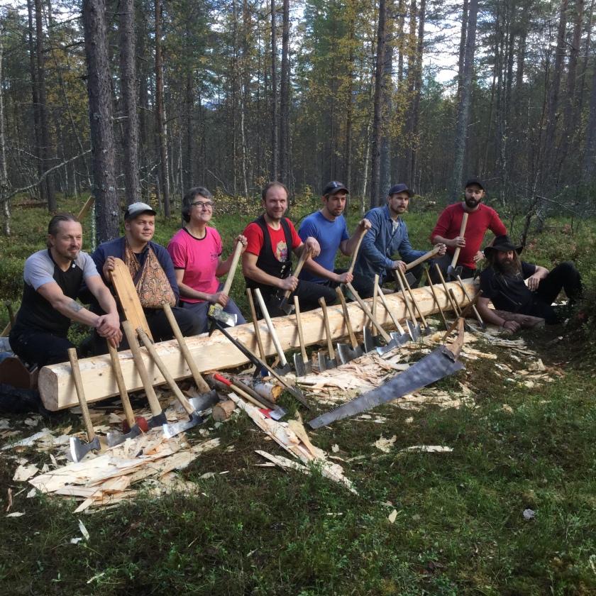 Nokre av studentane og ein lærar framom ein rydd stokk og noko av verktøyet brukt på kurset i Målselv. Foto: Roald Renmælmo