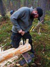 En stikkøks kan være fint å bruke for å skjære av fibrene etterhvert som klyven åpner seg. Avbildet: Pål Sneve Prestbakk. Foto: Åge Emil Bergquist