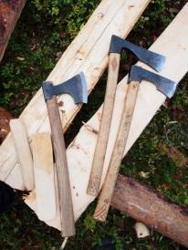 De to øksene lengst til høyre er eksempler på skogsøks/ felleøks/ smaløks med langt blad. Foto: Åge Emil Bergquist