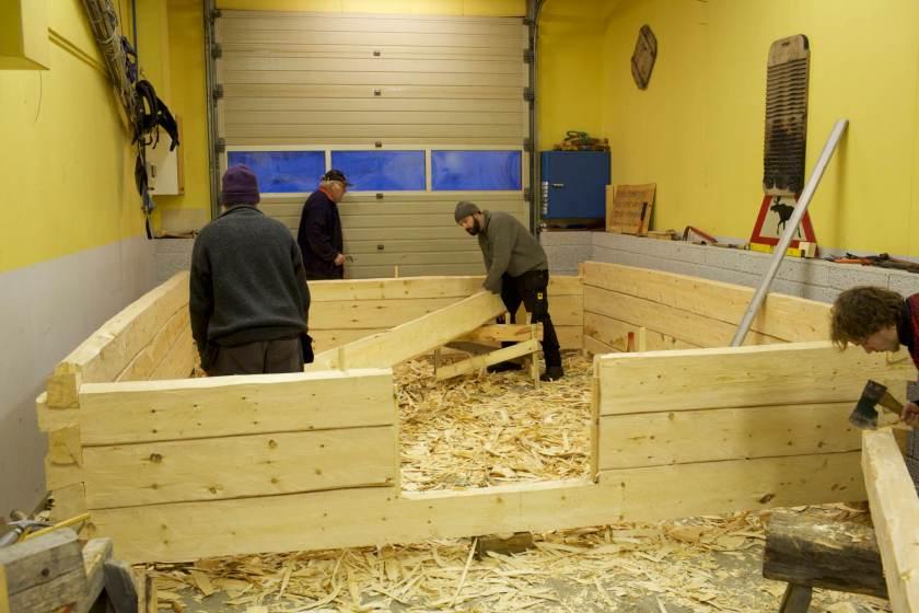Tømring av smie med sinknov med Arne Pedersen som læremeister og tradisjonsberar. Foto: Roald Renmælmo
