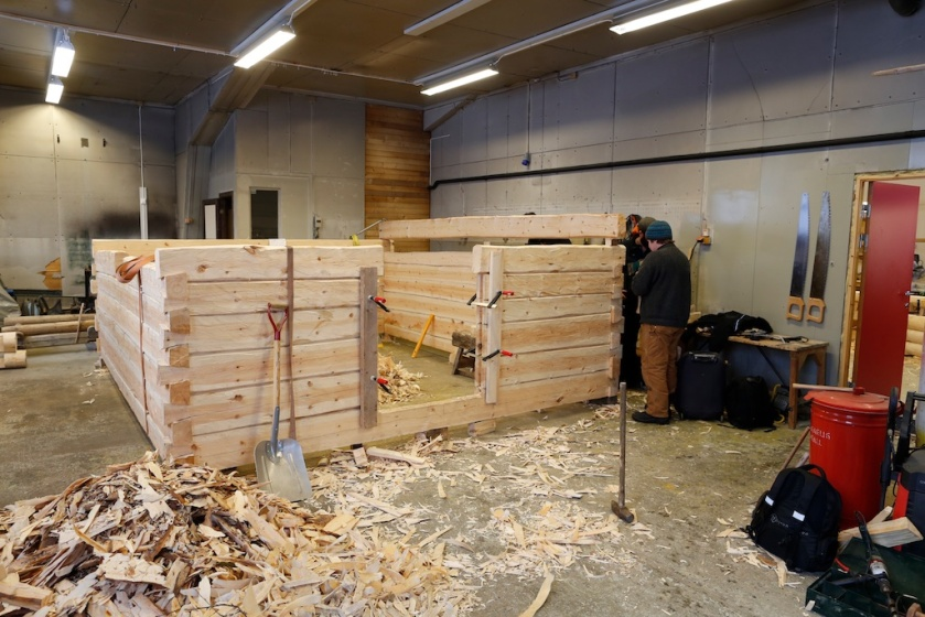 Tømring av smie med sinknov med tapp var tema for ei av studentgruppene på samlinga i Målselv. Denne tømringa er slik vi har lært i tradisjonen til Arne Pedersen i Aursfjordgård. Foto: Roald Renmælmo