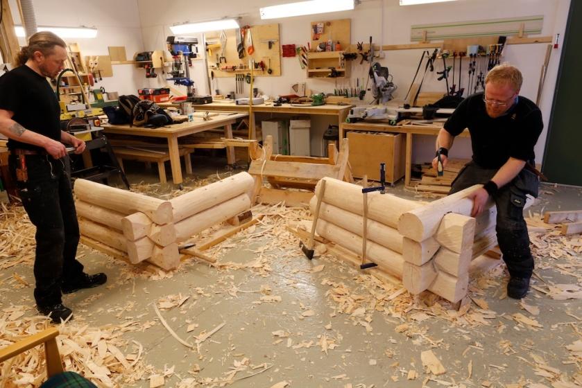 Gruppe 3 og 4 i arbeid med prøvetømringa. Foto: Roald Renmælmo