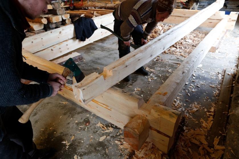 Kinna flatnov er andre omfar på tømringa. Legg merke til fyrste omfar som har flatnov utan kinning. Foto: Roald Renmælmo