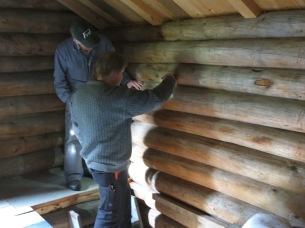 Innvendig tømmervegg på stabburet på Helberg. Foto: Roald Renmælmo