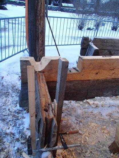 Noe som fungerer bedre syntes jeg er to vedskier som er festet med vinge på siden av tømmeret. De kan stå der fast, og ved hjelp av trekiler kan enkelt stokken justeres i lodd og i høyden en vil ha.