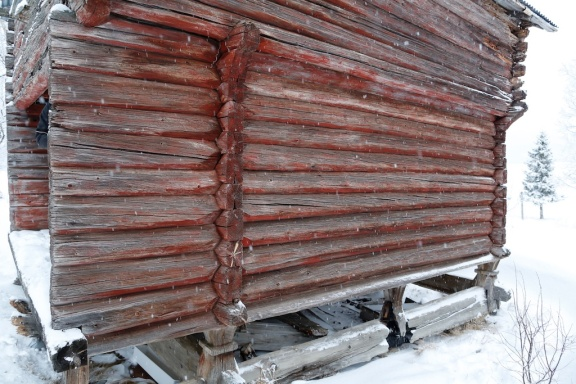 Grime og tømmerkasse. Foto: Roald Renmælmo