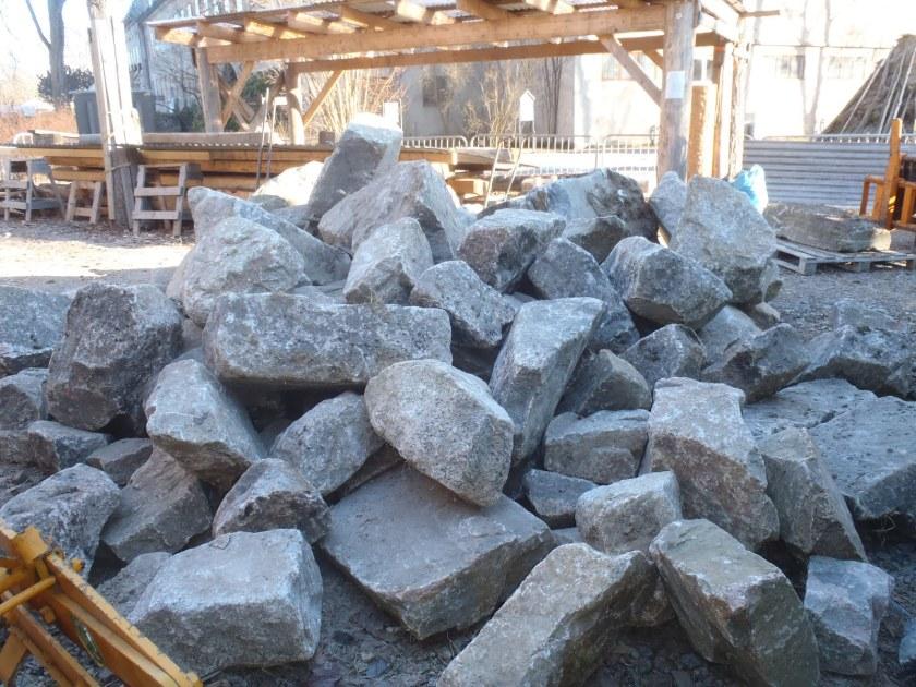 Minst 10 tonn stein på plass. (Foto: Henning Jensen)