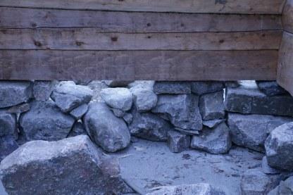 Baksiden av samme mur, legg merke til kilene under steinene, og at noen steiner ligger med langsiden inn (Foto: Henning Jensen).