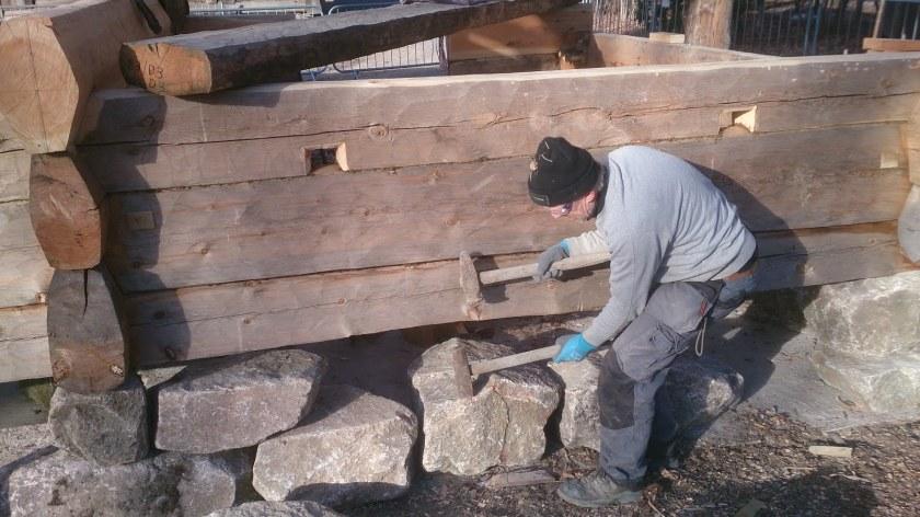 Eystein bearbeider stein alene med slegge og sett. Ofte gjort av 2 stykker, en på slegge og en som styrer setten. Veldig effektivt, og etterlater seg verktøyspor i steinen man kan kjenne igjen også på gamle murer. (Foto: Magnus Wammen)