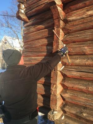 Oppmåling av nover og tømmerkvalitet. Foto: Roald Renmælmo