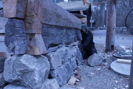 Magnus murer oppunder den eneste originalsylla.(Foto: Henning Jensen)