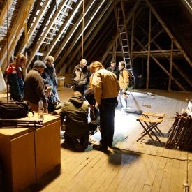 På samlinga i faget tømring var vi på befaring på loftet på Trondarnes kyrkje. Her oppdaga vi nokre stokkar med spennande nover. Desse vart undersøkt og dokumentert med tanke på prøvetømring. Foto: Roald Renmælmo