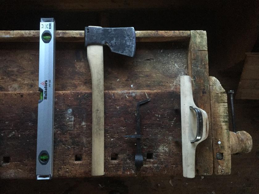 Figur 17. Verktøyet som er brukt f.v.; vater, snekkerbile, meddrag og pjål. Foto: Henrik Jenssen