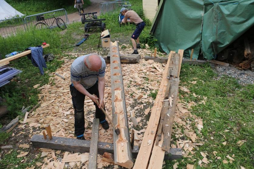 Anders Dalseg og Magnus Wammen skårer et hakk som har litt mindre enn 90 grader, vi passer på å ikke hogge skåret tvers over. Gammel nåmtro ligger til høyre Foto.Henning Jensen