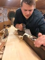 Håkon rettar benkeplata til høvelbenken han skal laga.
