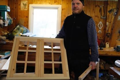Thor-Aage med vindauget sitt. Foto: Henrik Jenssen
