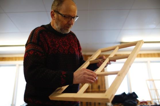 Ivar med si vindusramme. Foto: Henrik Jenssen