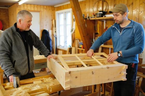 Atle og Sven prøver ramma i karmen. Foto: Henrik Jenssen