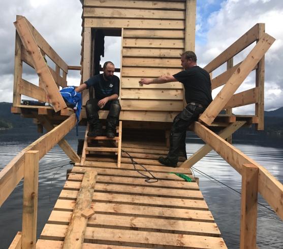 Pål Sneve Prestbakk og Jørund Kleiveland. Stillaset måtte byggjast slik at det kunne demonterast innanfrå hytta etter at me var ferdige med det.