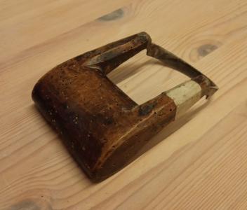 RFG1984-037-683 er registrert som holskavl, frå Maribu i Erfjord, Suldal. Denne forma har og teikningsforklaringa til ordet i boka om suldalsmålet. Måler 83 mm over handtaket. Eigar Ryfylkemuseet.
