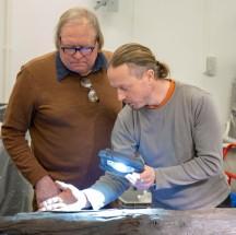 Bjørn Frost og Per steinar diskuterer verktøyspor Foto Kristoffer Brink, NIKU