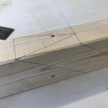 Her er vinklene til kontaktflaten der sperren møter anleggs- og stikksperre tegnet inn. Man skjærer så med sag langs strekene, men lar ca halve streken stå igjen. Så høvles det helt glatt og til slutt sjekkes det hvor plan flaten tilkappet er før sperren prøves i grunnrisset. Dette gjelder for øvrig alle sperrer i takverket.