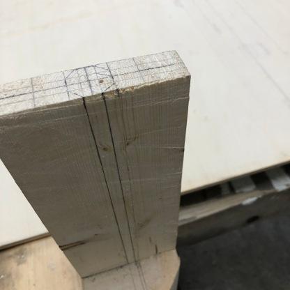 Emnet er formet til en 8 kant og legges tilbake på opprisset for å overføre omrisset som utgjør flaggstangen. Videre blir 2 av sidene saget ned til takhøyden og streker forbindes for å tilvirke oktogon formen til flaggstangen.